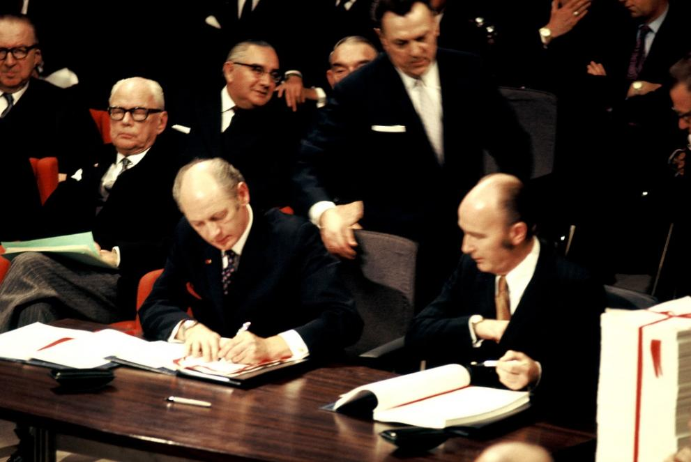 Signing of the accession treaty for Ireland:Patrick Hillery, Irish Minister for Foreign Affairs, and Taoiseach Jack Lynch